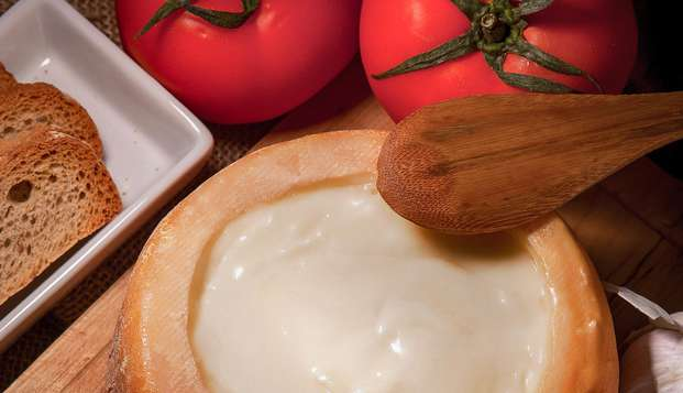 Descubre la elaboración de la Torta del Casar, degusta quesos y vino y alójate en un Loft