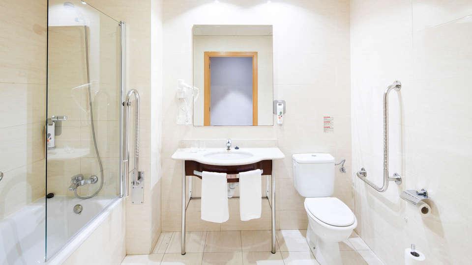 Hotel Ibis Styles Pamplona Noain - EDIT_NEW_BATHROOM.jpg