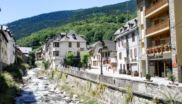 Escapada con cena tipica en la Vall d'Aran a orillas del Garona