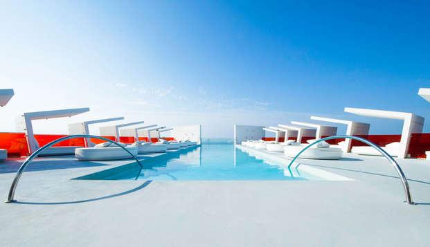 Relax de lujo: Cama balinesa en piscina Infinity con botella de Moët Chandon y fruta fresca