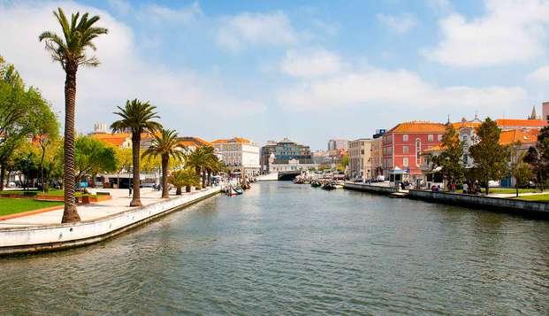 Escapada con paseo en moliceiro, cena, botella de vino y tabla de quesos en la Venecia portuguesa