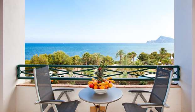 Escapada de lujo en Altea: Vistas al mar, bañera de hidromasaje y terraza en tu habitación