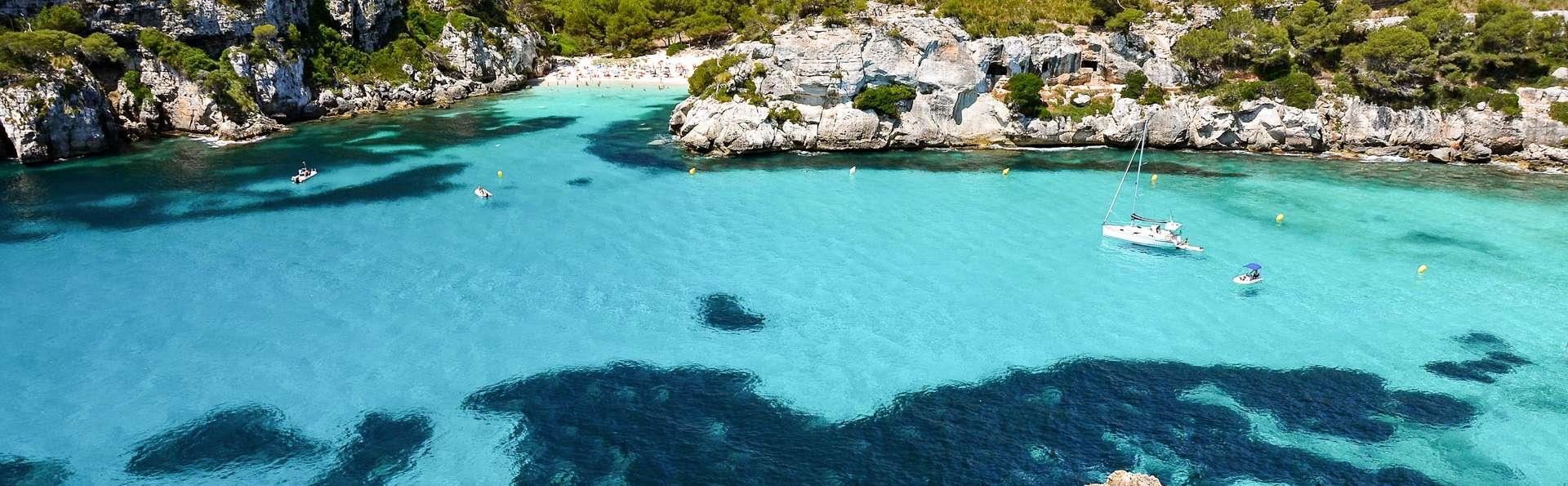 Escapada con desayuno y detalle de bienvenida en unos apartamentos 3* con piscina en Menorca