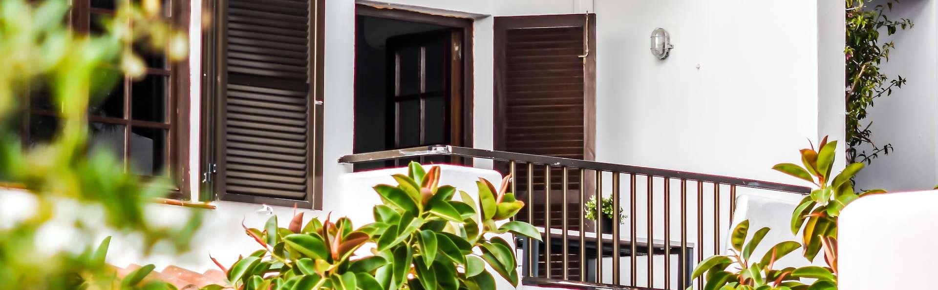 Descubre Menorca y sus maravillosas calas, descansa en un bonito apartamento con desayuno incluido