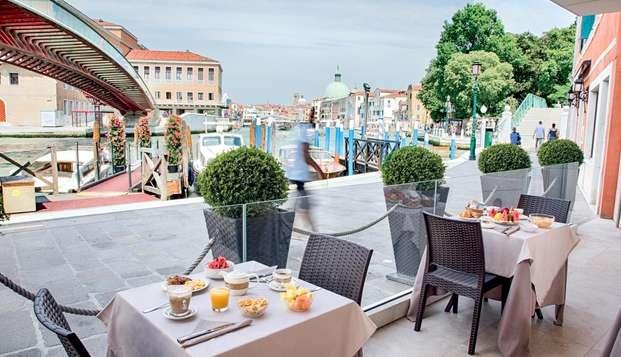 Fuga romántica en el centro histórico de Venecia