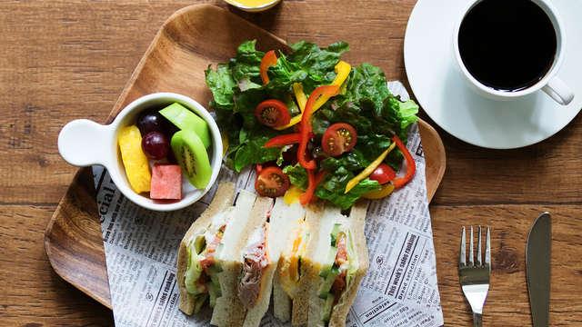 Servicio de un pack válido para un Sandwich y pieza de fruta para 2 adultos