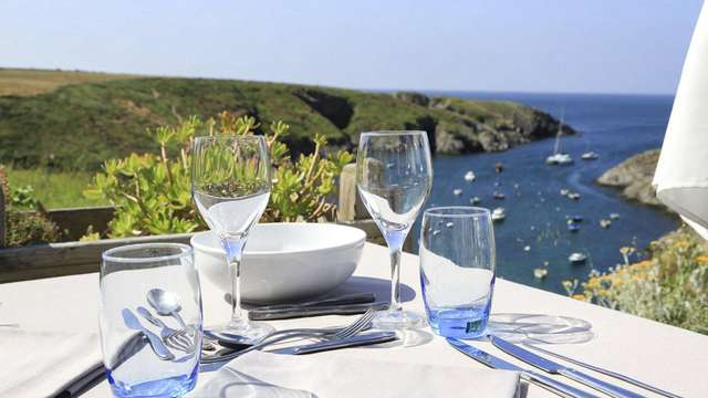 Déjeuner face à l'océan et la côte sauvage à Belle Ile en Mer
