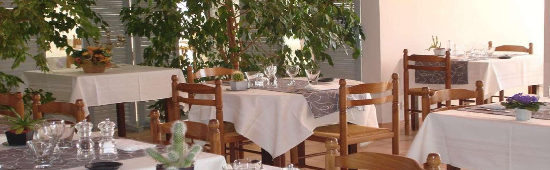 Hôtel Restaurant La Chêneraie - EDIT_Terrasse.jpg