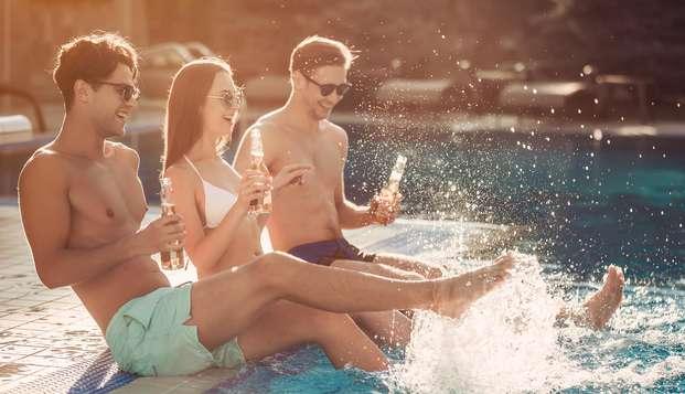 Relájate entre amigos en la playa con todo incluido en Lloret de Mar