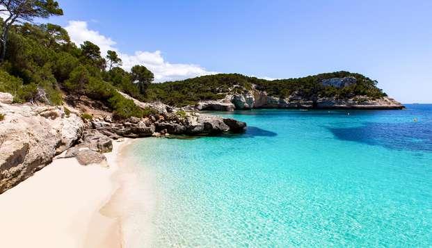 Descubre el encanto de Menorca en pareja, con desayuno y botella de cava incluida