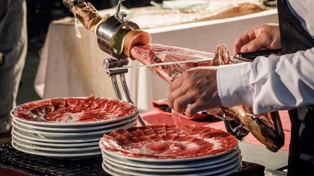 Sabores Ibéricos: Escapada con visita a fábrica y degustación de Jamones de Guijuelo