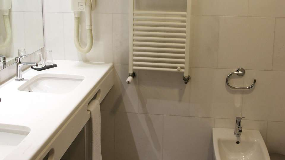 Hotel Quinta da Serra - EDIT_BATHROOM_01.jpg