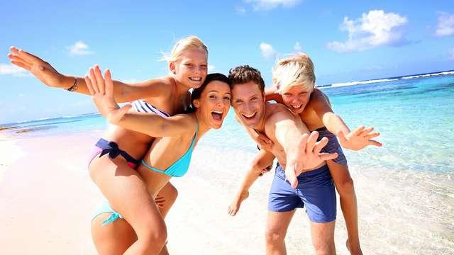 Disfruta en familia de la Costa Brava con dos niños incluidos, media pensión y terraza