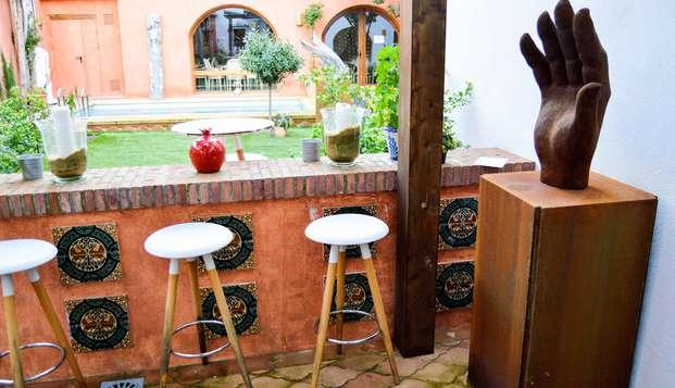 Visita la ciudad de Granada en hotel céntrico con piscina y desayunos incluidos