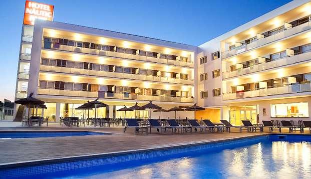 Evasion à Platja d'Aro avec vue sur la piscine et petit déjeuner