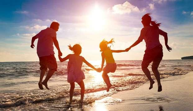 Mini-vacaciones familiares con dos niños incluidos, media pensión y más en Sitges (desde 3 noches)