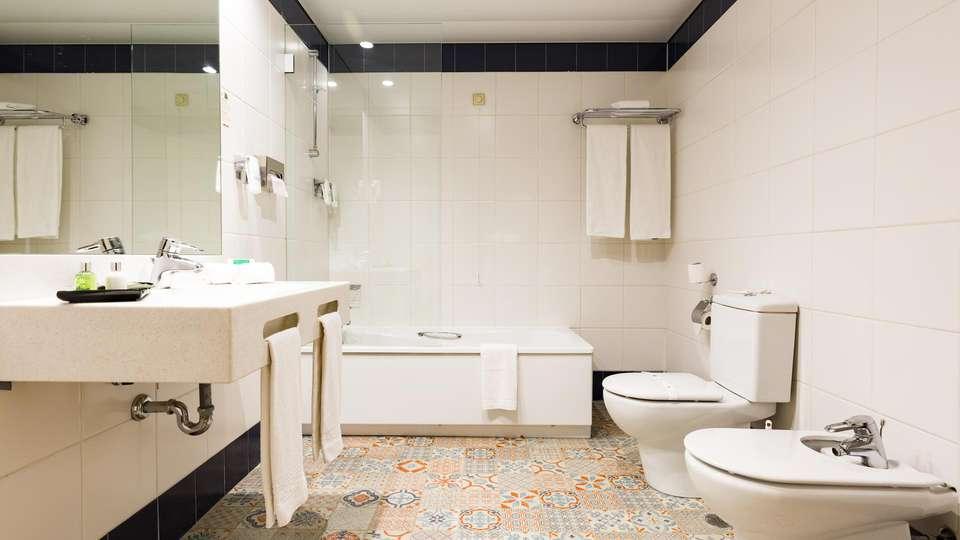 Legendary Porto Hotel - EDIT_BATHROOM_01.jpg