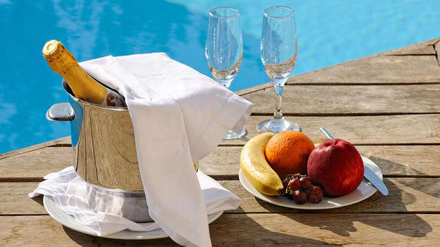 Descansa con vistas al mar: Escapada con Champán, aperitivo y dulces en Mil Palmeras