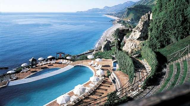 Soggiorno con vista panoramica sulla Riviera di Taormina
