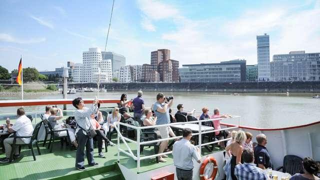 Descubre Düsseldorf desde el agua con un relajante paseo en barco