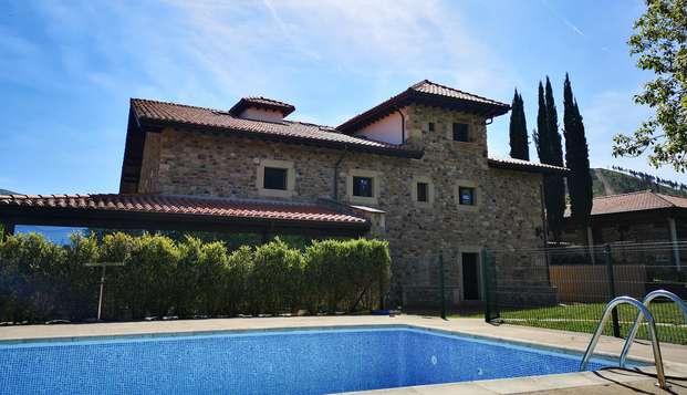 Escapada Romántica con acceso al Jacuzzi exterior y a la piscina en una casa típica montañesa