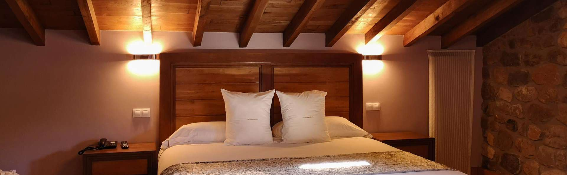 Romantisme dans une suite avec terrasse, bouteille de cava et chocolats à Llerana
