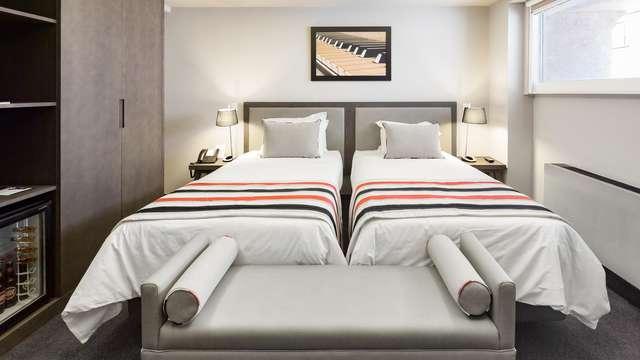 Escapada con detalles románticos en la habitación en un hotel con vistas en el Chiado