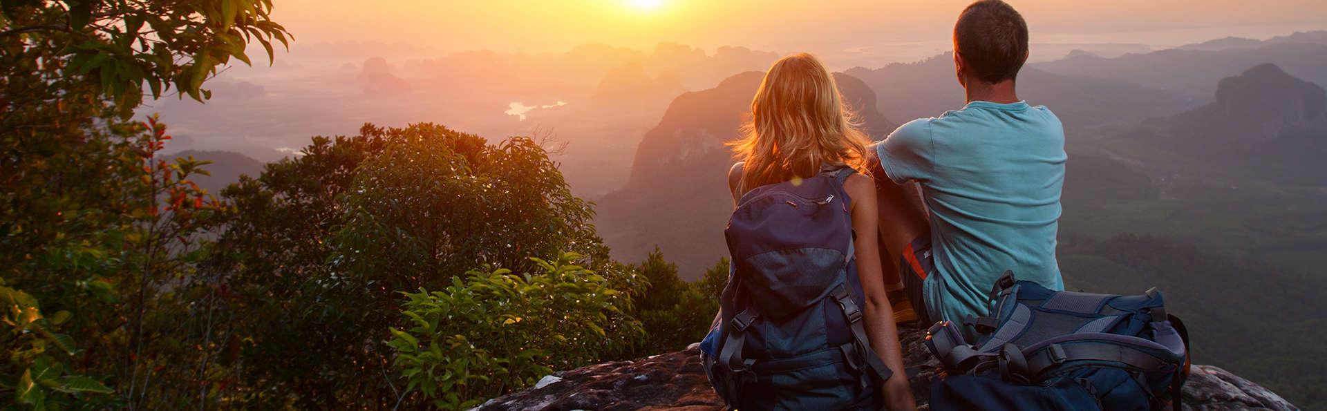 Escapada romántica con vistas a la montaña: Piscina termal, cava y bombones en plena naturaleza