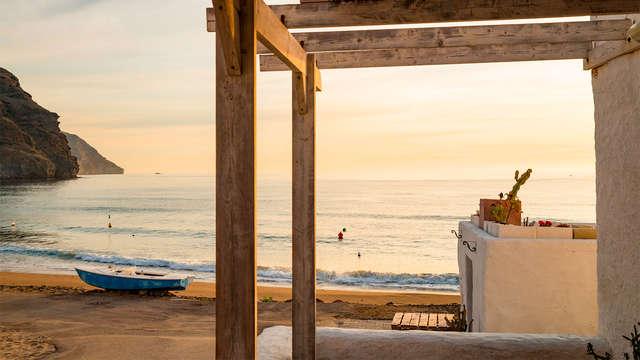 Escápate en habitación triple al centro de Almería y a un paso del puerto