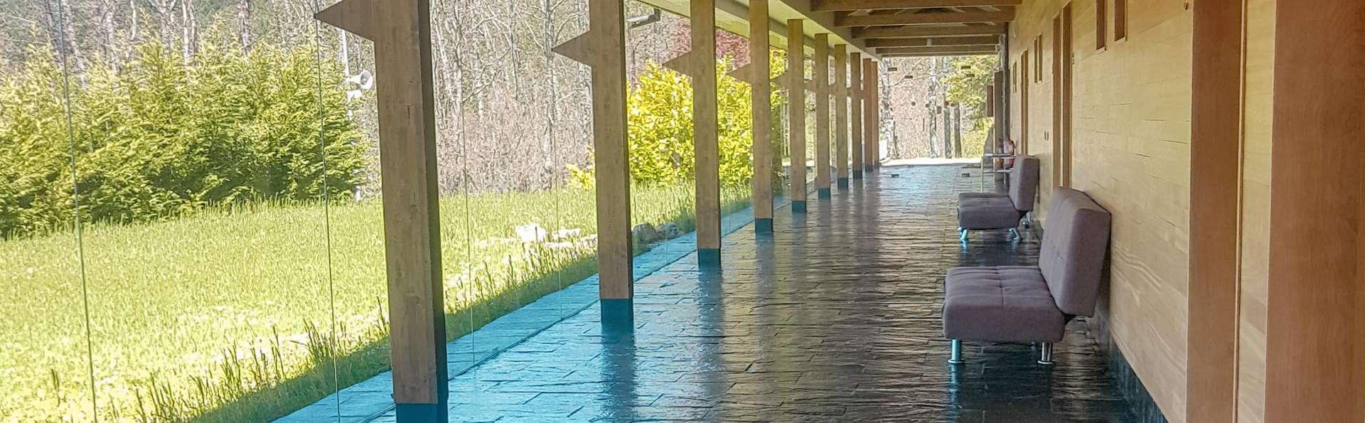 Hostel Grizzly Resort El Oso Pardo - EDIT_TERRACE_01.jpg