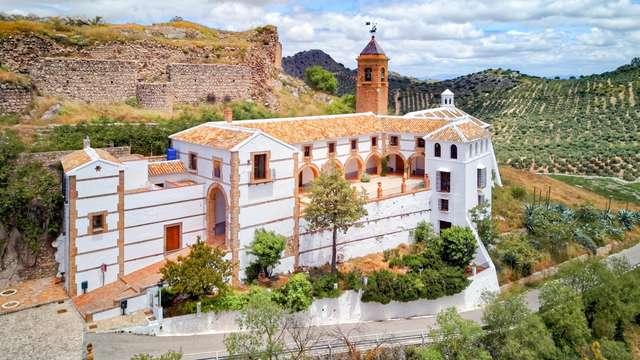 Escapada Romántica con bañera hidromasaje, cava y bombones en un entorno natural cerca de Antequera