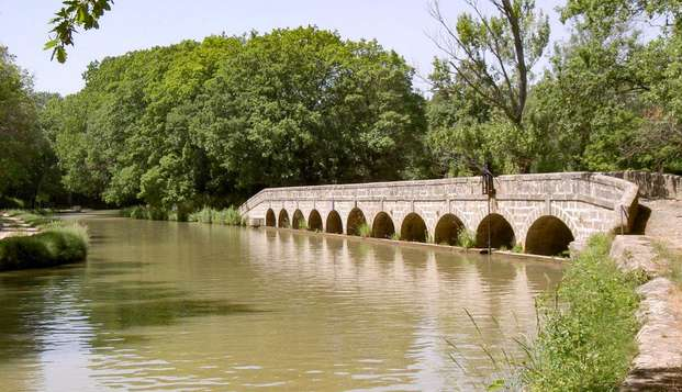 Reposez-vous au bord de la piscine d'un château près de Carcassonne