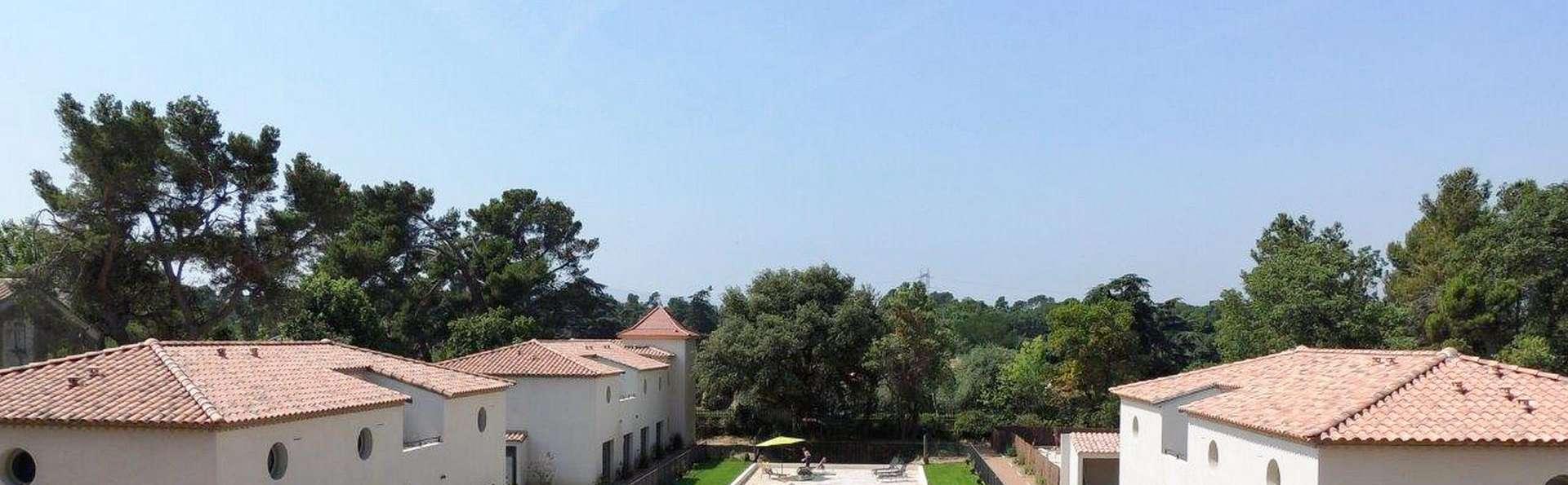 Un château au bord d'une jolie piscine près de Narbonne, vous ne rêvez pas!