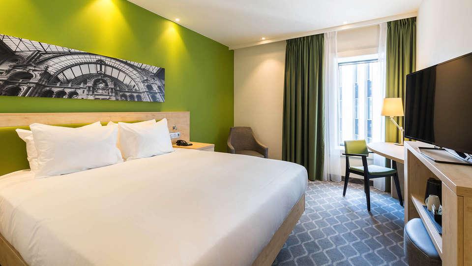 Hampton by Hilton Antwerp Central Station - ANRCS_QueenRoom.jpg