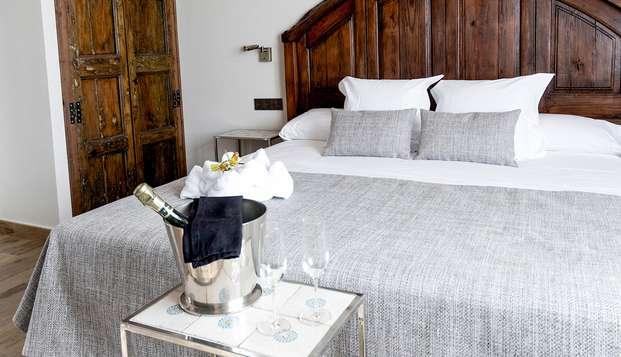Noche romántica en Junior Suite con jacuzzi en una típica villa marinera catalana