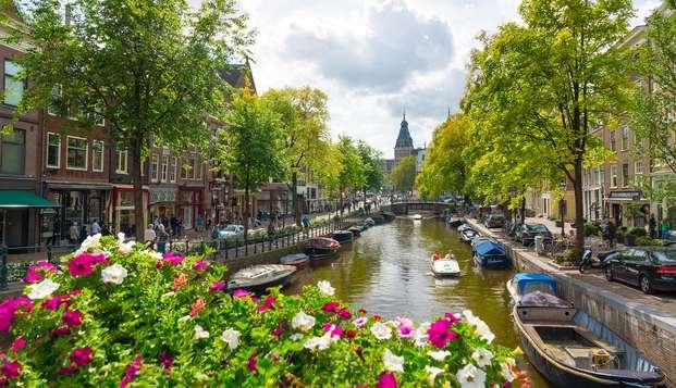 Bezoek de gekke cultuurstad Amsterdam met je vrienden en rust uit in de spa