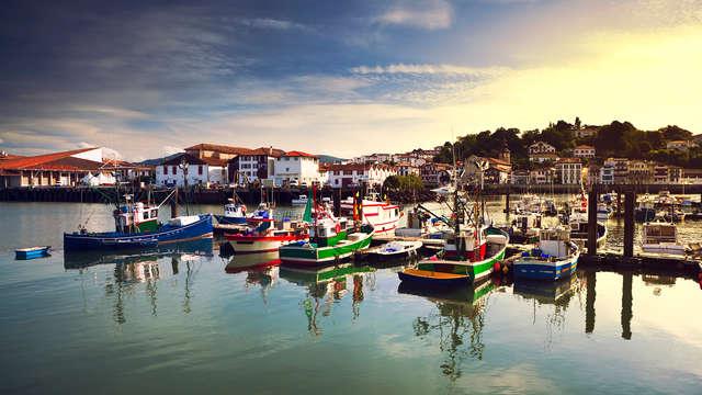 Admirez le coucher de soleil sur le port de pêche de Saint-Jean-de-Luz
