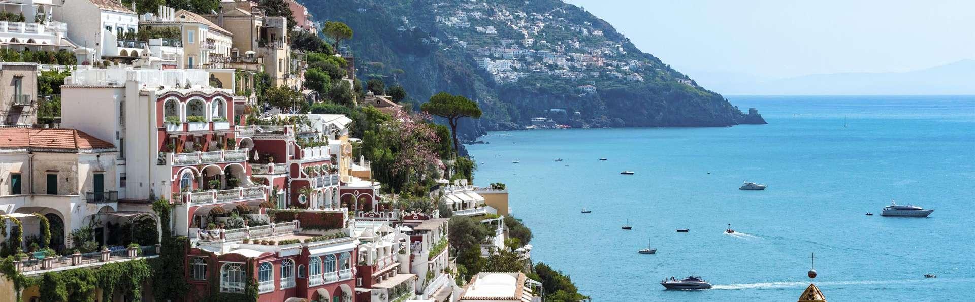 Vacaciones en Campania: entre Salerno y Pompeya en habitación deluxe de un complejo turístico 4*