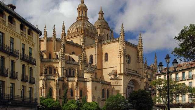 Conoce Segovia: descubre los secretos con un tour guiado y degusta un cochinillo asado típico