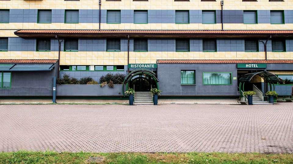Hotel King - EDIT_FRONT_01.jpg