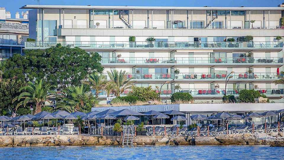 Hotel Royal Antibes - EDIT_ROYAL_ANTIBES_hotel_front_and_its_private_beach_ROYAL_BEACH_01.jpg