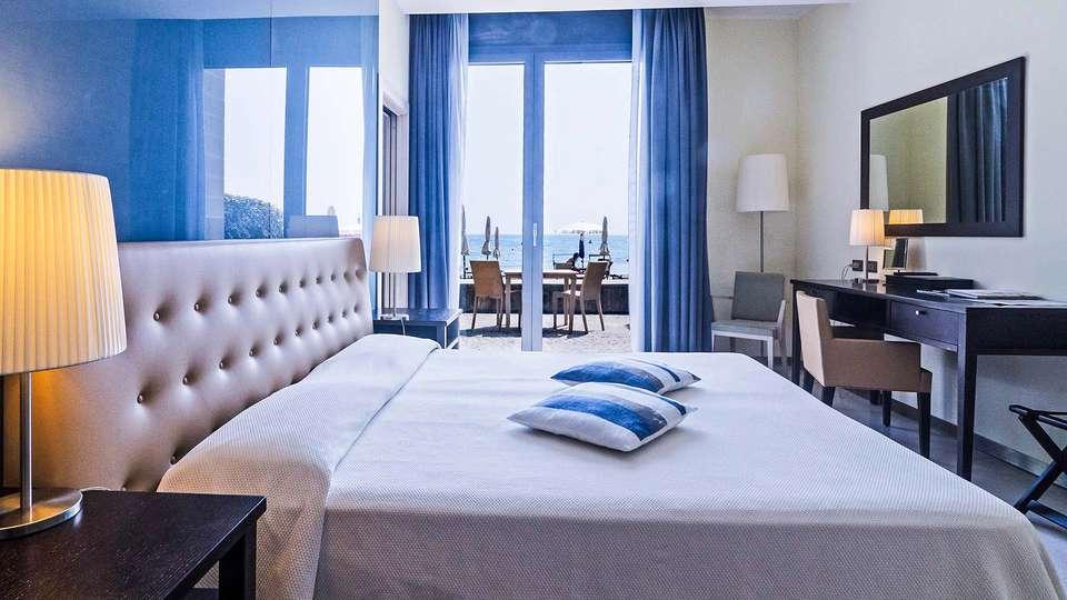Hotel Riviera dei Fiori - EDIT_Camera_deluxe_vista_mare_02.jpg