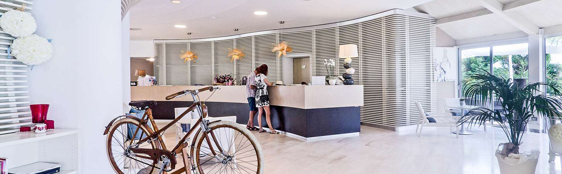 Hotel Riviera dei Fiori - EDIT_Reception_01.jpg