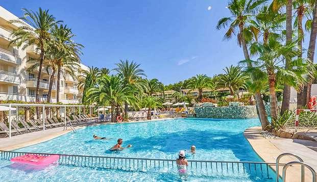 Détente totale à Majorque au bord d'une piscine géante