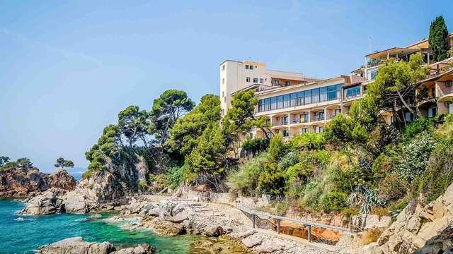 Escapada Romántica en la Costa Brava: Cena, Spa, Aperitivo en un hotel con Espectaculares Vistas