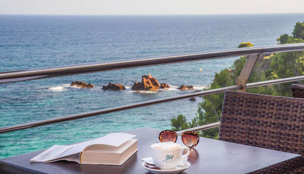 Descubre los encantos de la Costa Brava en una habitación superior con vistas al Mar