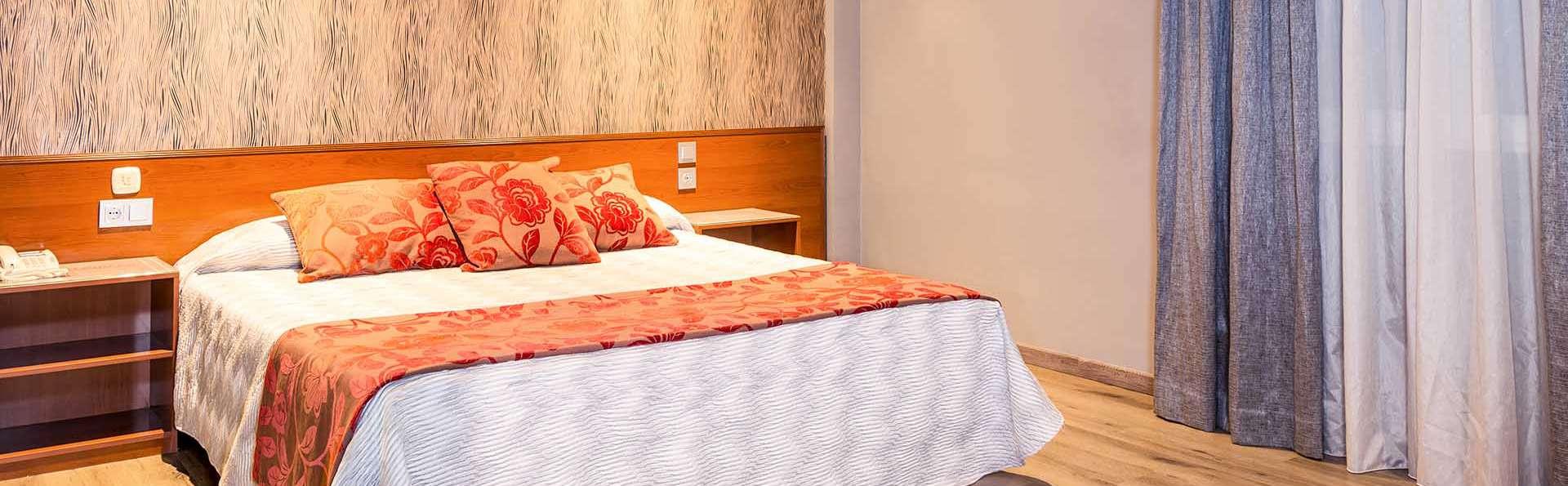 Noche romántica en un motel discreto con cava y Love Box incluido en la habitación