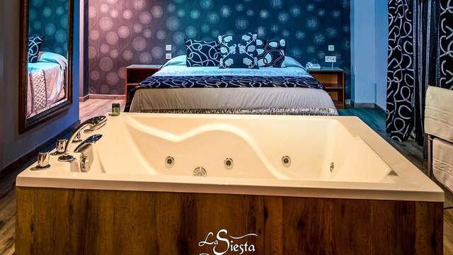 Estancia sensual con bañera hidromasaje, sofá tantra, lovebox y sauna en la habitación