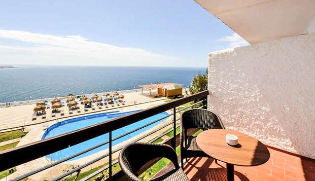 Escapada Romántica en habitación superior con botella de cava, vistas al mar y bombones
