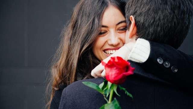 Célébrez l'amour avec du vin, un diner et des pétales de rose à Dinant